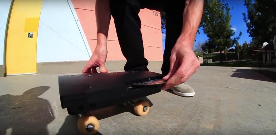 Il transforme une PS3 en skateboard… et ça roule !